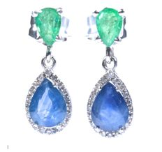 18 kt. Earrings in white gold with 40 diamonds GH-SI, 2 natural blue sapphires with A colour and 2 natural pear-shaped emeralds. Total: 3.35 ct Length: 2 mm. No reserve price.