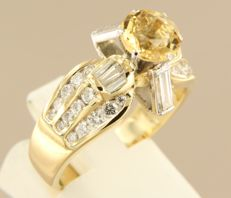 18 kt bi-colour gold ring set with a central citrine and baguette shape and brilliant cut diamonds of approx. 1.20 ct in total, ring size 18.5 (58)