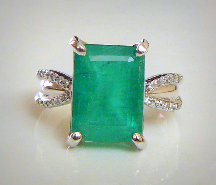 White gold ring set with a natural emerald and diamonds of 5.78 ct in total