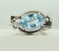 18 kt white gold ring set with a central blue topaz and 4 brilliant cut diamonds of approx. 0.16 ct in total, ring size 17 (53) *****NO RESERVE PRICE*****
