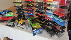 IXO/Solido/New Ray/ Welly/Bburago/Maïsto/Majorette/Matchbox - Various scales - Large lot with American models: 9xDodge - 2xDuesenberg- 5x Pontiac - 5xCadillac- 8x Chevrolet - and others see description)