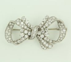 Platinum bow brooch with an 18 kt white gold pin, set with 103 old Amsterdam cut and single cut diamonds, 4.00 ct in total.