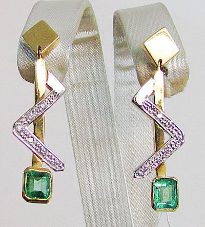 Two-tone 18 kt gold earrings composed of Colombian Emeralds weighing  1.10 ct and Diamonds weighing 0.12 ct – Measurements: Height: 3.5 cm x Width: 1 cm