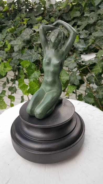 Beautiful nude Art Deco bronze figurine patinated green on a beautiful wooden base total height 22 cm diameter wooden stand 14 cm