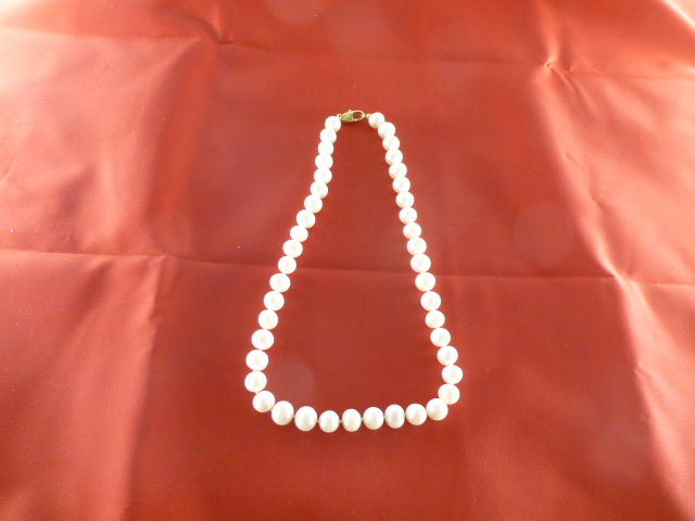 Necklace made of freshwater cultured pearls with diameters of 9.5/10 mm - 44 cm