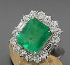 Emerald brilliant diamond ring, 5.80 ct in total, 1 emerald Columbia 4.24 ct, 900 platinum --No reserve price!--