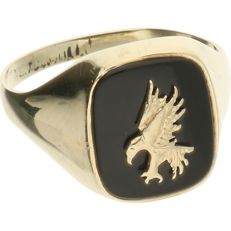 14 kt – Yellow gold signet ring set with black onyx, with a yellow gold bird of prey on top of that – Ring size: 20 mm
