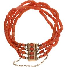 14 kt Rose gold, 4-strand precious coral bracelet strung on red thread, fitted with a box clasp set with 4 cabochon cut precious corals with a safety chain – Length: approx. 15 cm