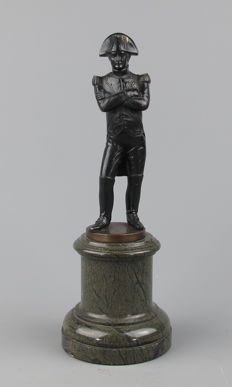 Napoleon Bonaparte - Bronze sculpture on serpentine stone pedestal - France, circa 1880