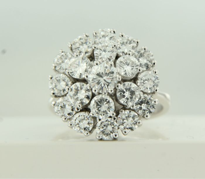White gold entourage ring of 14 kt, set with 19 brilliant cut diamonds of approx. 3.09 ct in total, ring size 17 (53)