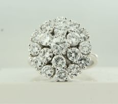 White gold entourage ring of 14 kt, set with 19 brilliant cut diamonds of approx. 3.09 ct in total, ring size: 17 (53)