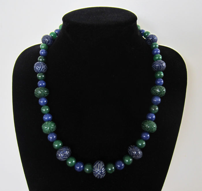 Necklace composed of emeralds and engraved sapphires - 14 kt gold - total length 59.5 cm