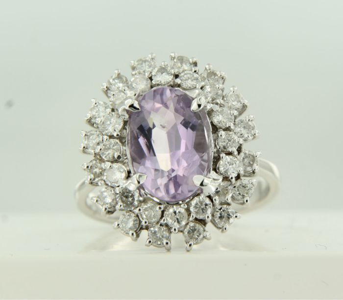 18 kt white gold entourage ring set with a central oval cut amethyst with a double row of entourage brilliant cut diamonds of approx. 1.50 ct in total, ring size 17.25 (54)