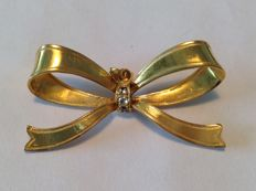 14 kt yellow gold pendant in the shape of a bow, decorated with three brilliant cut aquamarines, approx. 0.09 ct in total.