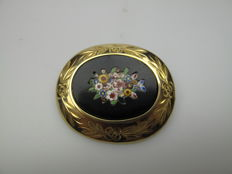 Antique gold brooch, onyx with flower pattern, set in beautiful decorated edge - 14 karat - Approx. 1900