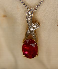 Vintage bi-colour 9Kt. gold pendant set with wine-pink Rubellite (approx 1.45ct) surrounded by small diamonds on a fine 9Kt. white gold chain