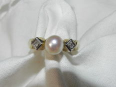 Diamonds and pearl cocktail ring 14 KT - 585 gold 2.6 g; Size: Diameter 16.2 mm
