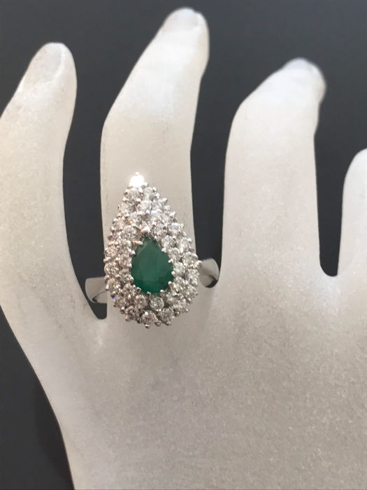 Pretty ring in platinum with emerald and Top Wesselton diamonds totalling 2.75 ct - Size 60 - 19.05 mm