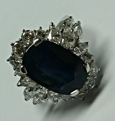 Basket-like ring in 18 kt white gold with diamonds for 2.50 ct and sapphire for 8.5 ct - Size: 14.5