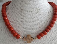 Precious coral necklace with a gold clasp from 1870.