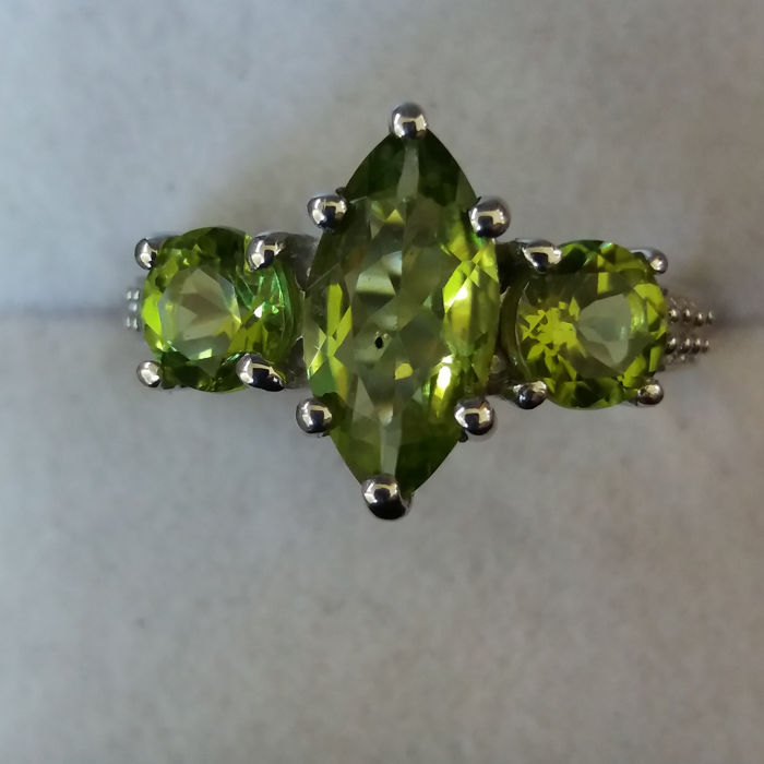 1970s style 3.26cts Natural Chinese Peridot with Brazilian White Topaz.
