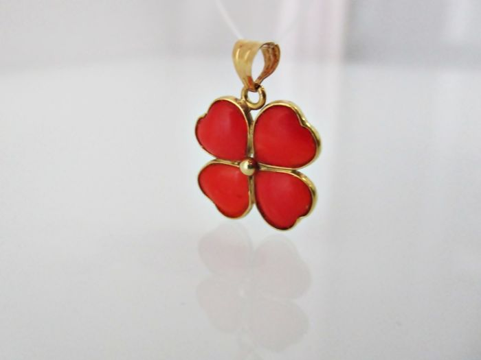 Gold pendant (18 kt) with natural coral – Measurements:  Height 20 mm / Length: 19 mm / Thickness: 1.5 mm