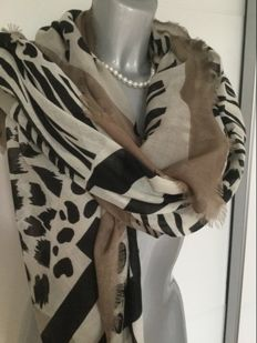 Burberry scarf, extra large with a great pattern