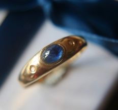 Vintage 9Kt. Gold ring with a dark blue natural cabochon Sapphire enchanted with 2 diamonds on the sides. (0.25ct total)