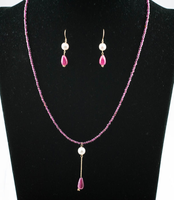 18 kt gold set of necklace (45.5 cm) and earrings with rubies and freshwater pearls