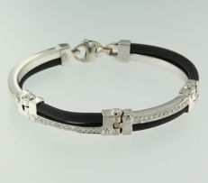 White gold and rubber men's bracelet with brilliant cut diamond.