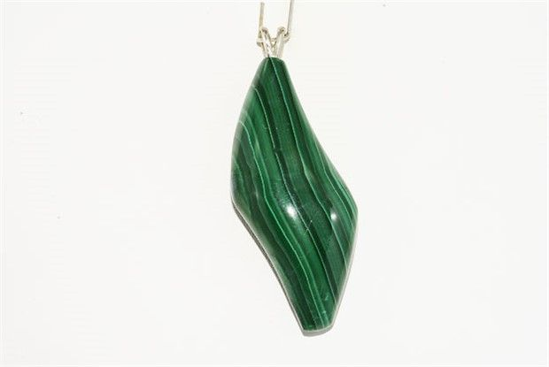 14 kt white gold Malachite pendant, length: approx. 5.7 cm.