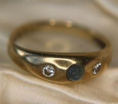 Vintage 9Kt. Gold ring with a clear blue cabochon Sapphire enchanted with 2 diamonds on the sides. (0.25ct total)