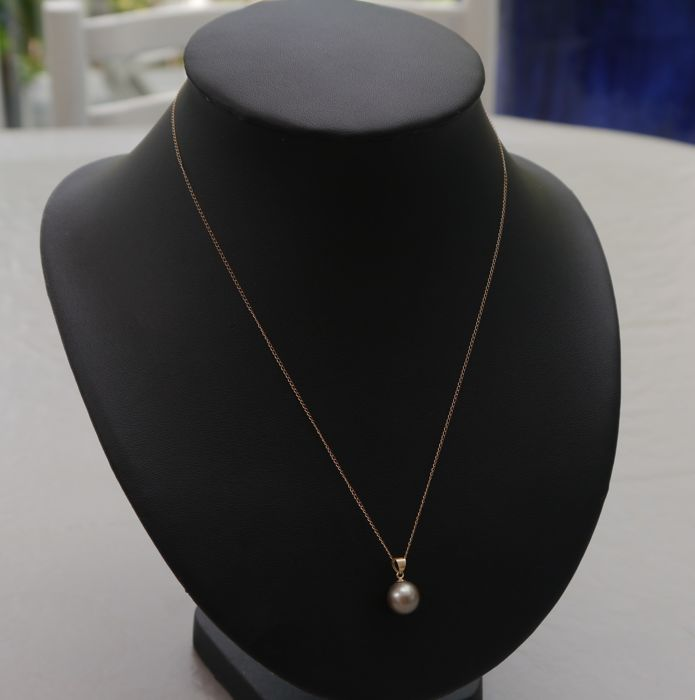14 kt gold necklace (46 cm) and pendant with perfectly round  Tahitian pearl (9.7 mm).