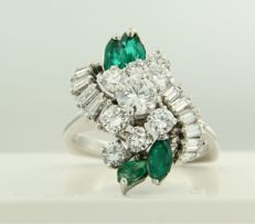 18 kt white gold ring set with emerald and baguette shape and brilliant cut diamonds of approx. 1.75 ct in total, ring size 17 (53)