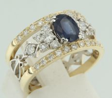 14 kt bi-colour gold ring set with an oval cut sapphire and an entourage of brilliant cut diamonds, ring size 17 (53)