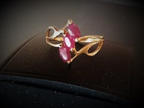Ring in 18 kt gold with 3 rubies totalling 1 carat – 18 mm diameter