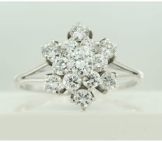 White gold entourage ring of 14 kt, set with 13 brilliant cut diamonds of approx. 1.80 ct, ring size: 21 (66)