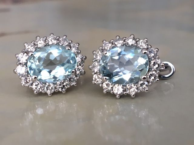 Quality 18 kt white gold ear studs with in total 4.26 ct aquamarine and diamonds