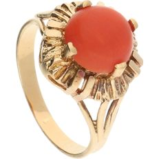 18 kt – Yellow gold ring set with a cabochon cut precious coral in a claw setting – Ring size:  18.25 mm