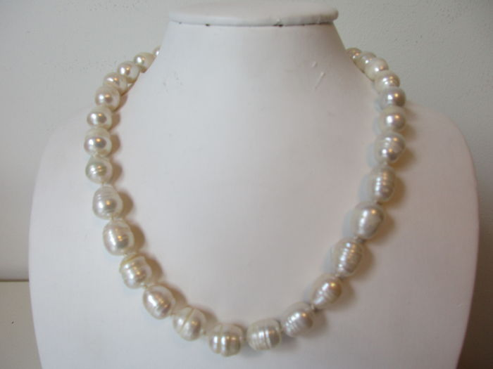 14 kt clasp – baroque South Sea cultured pearl necklace – hand-knotted – 40 cm