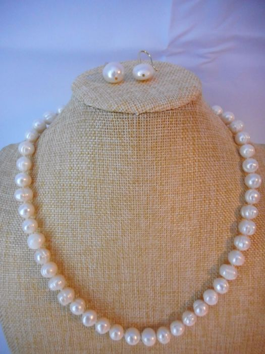 Set – Baroque cultured pearls: pearl necklace (50 cm) and earrings with 14 kt gold clasp/parts