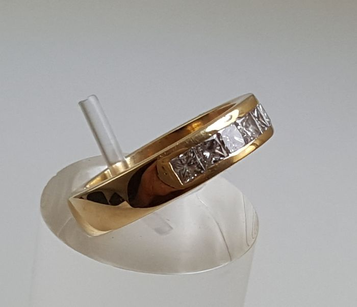 18 kt gold ring  7 Diamonds 1.05 ct Ring size: 18 mm in diameter
