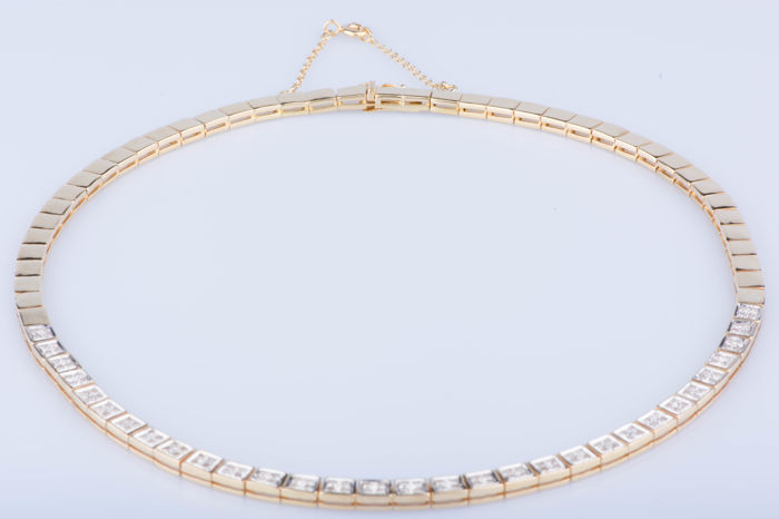18 kt yellow gold necklace with 124 diamonds of approx. 1.24 ct in total – Total approx. length: 43 cm.