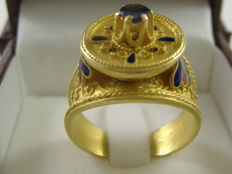 Gold ring with enamel and blue sapphire — 18 kt gold — finger size: 19 mm (adjustable)