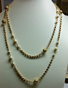 Women's necklace in 18 kt yellow gold with cultured salt water pearls - Length 104.5 cm