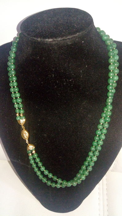 Elegant necklace with emerald-green jadeite, double strand, 18 kt gold clasp