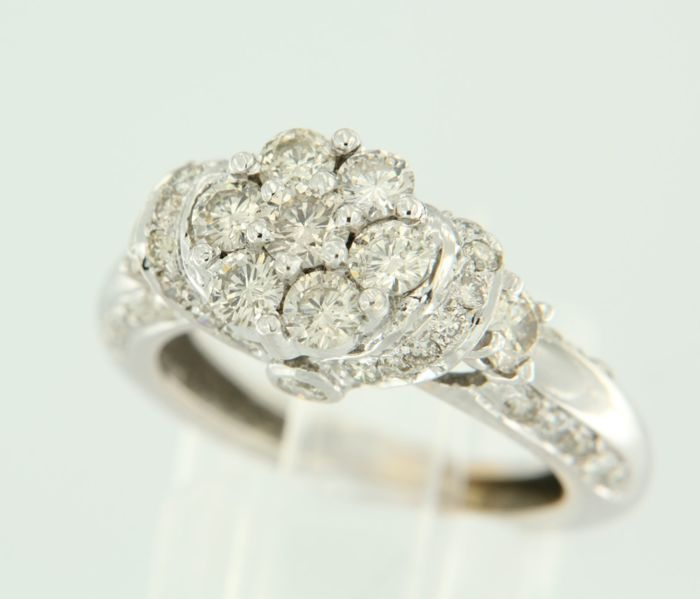 18 kt white gold entourage ring with 49 brilliant cut diamonds, approximately 1.60 carat in total, ring size 16.5 (52)
