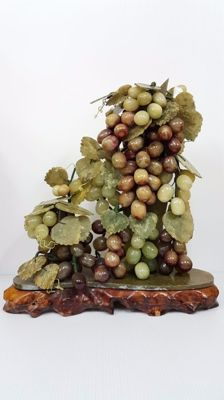 Large Chinese clear hardstone grapes and leaves - China - late 20th century