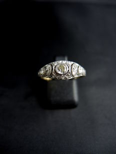 Ring in gold, platinum and diamonds.
