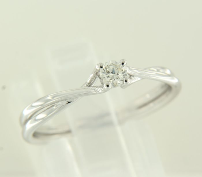 14 kt white gold solitaire ring set with brilliant cut diamond, 0.17 carat, ring size 17.5 (55)